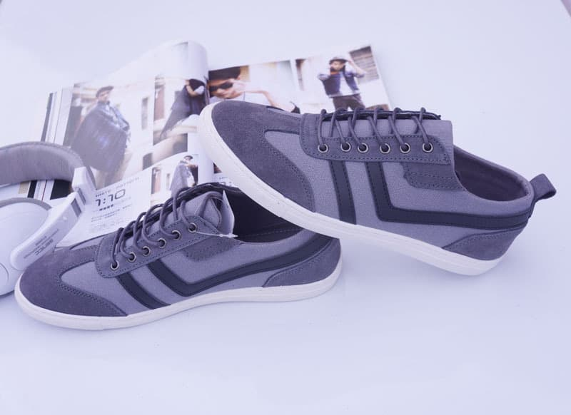 الحذاء الرمادي