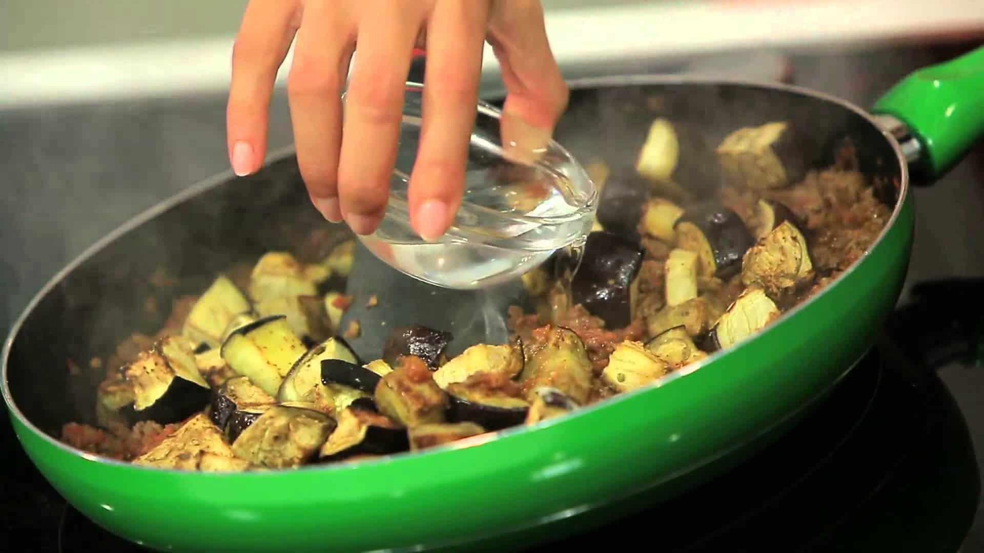 طريقة عمل فتة الباذنجان باللحم المفروم