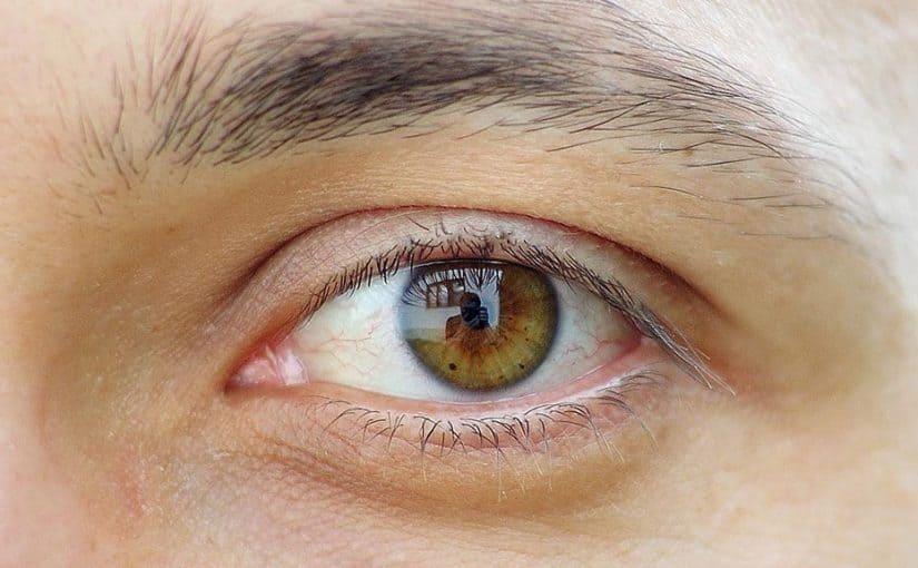 لون عيون عسلي مخضر وتأثير