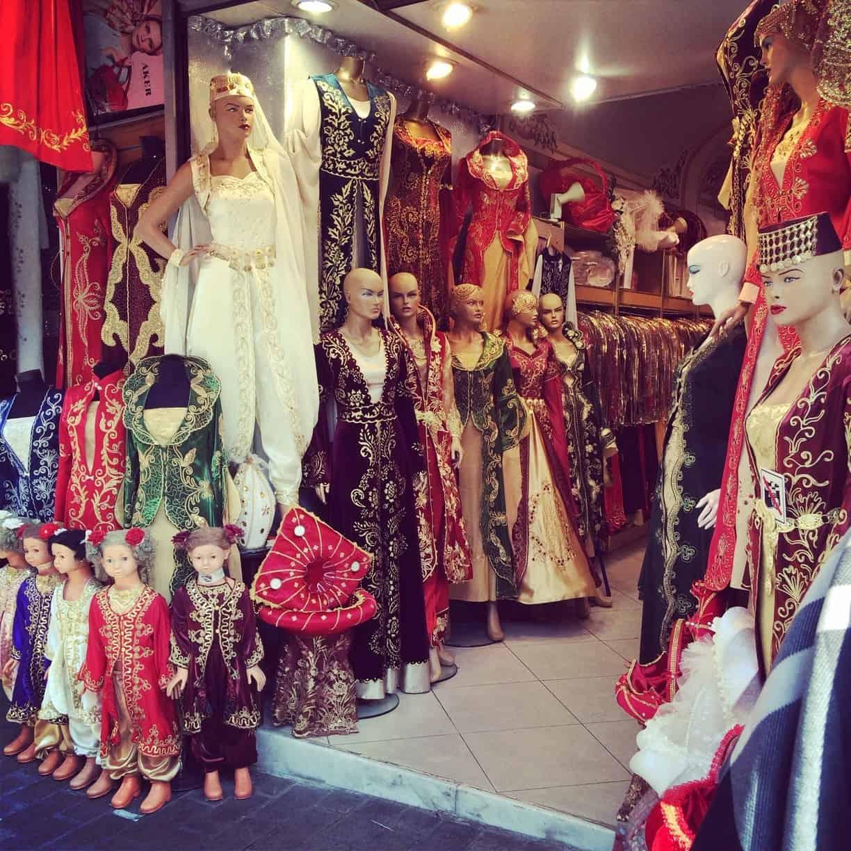 4fc963859 دليل أشهر وأفضل محلات فساتين السهرة في تركيا ، تضم تركيا العديد من المحلات  التي يتوافر بها العديد من السلع المختلفة والتي من بينها فساتين السهرة ولذلك  يبحث ...
