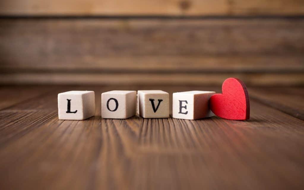 كيف تعرف أن الشخص يحبك وهو بعيد عنك