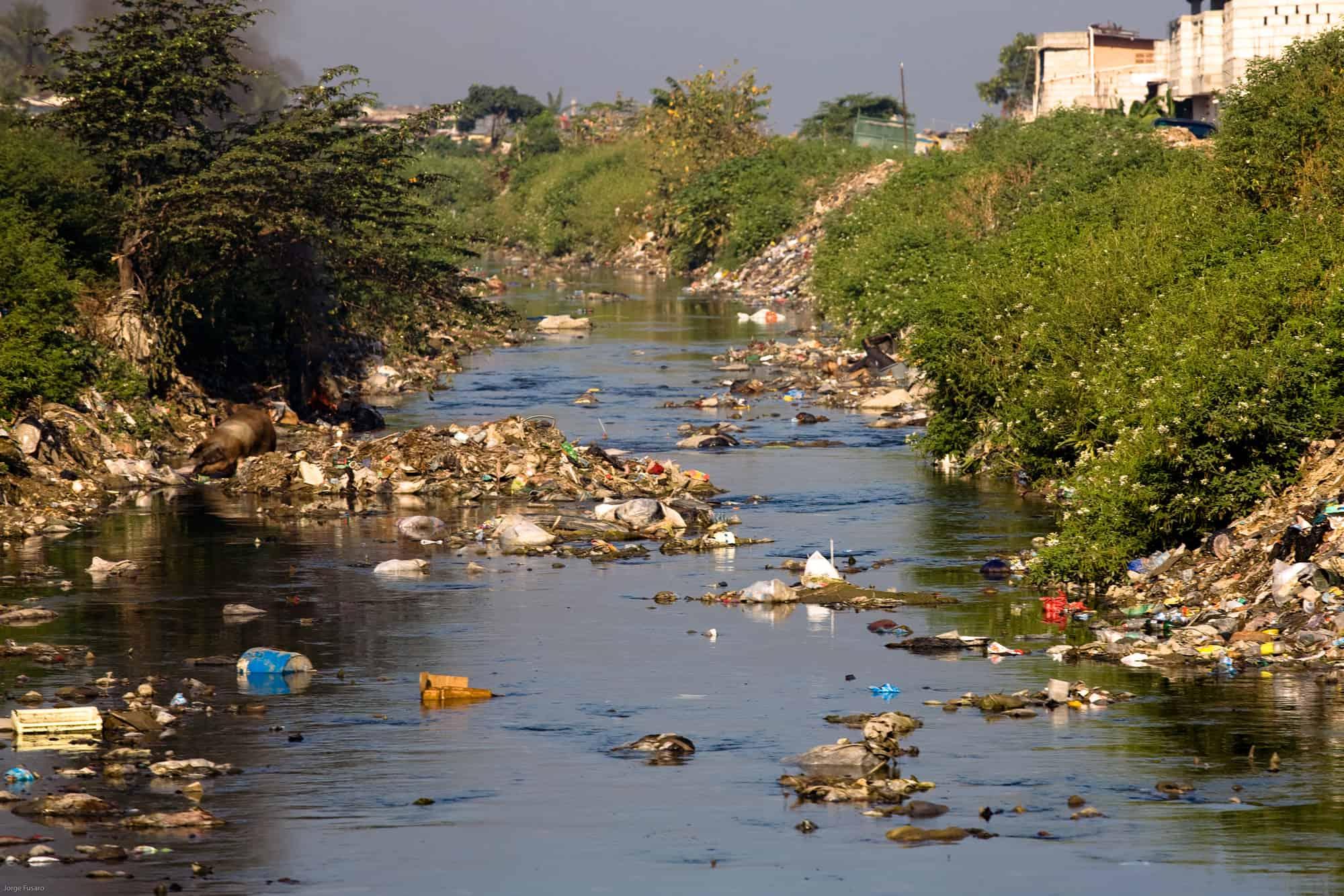 البحث في الصحف اليوميه او المجلات عن موضوع تلوث المياه