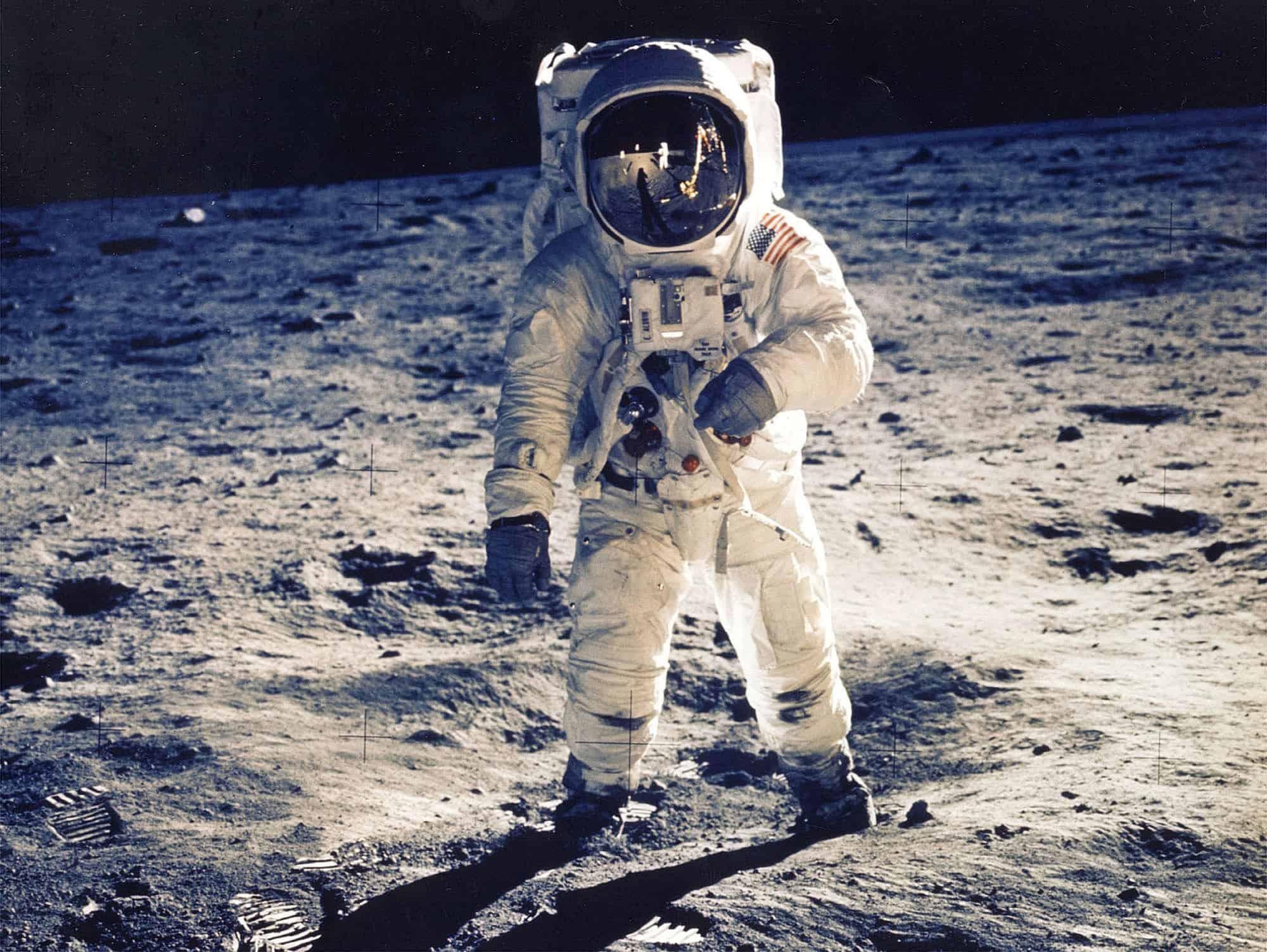 اول من مشى على سطح القمر