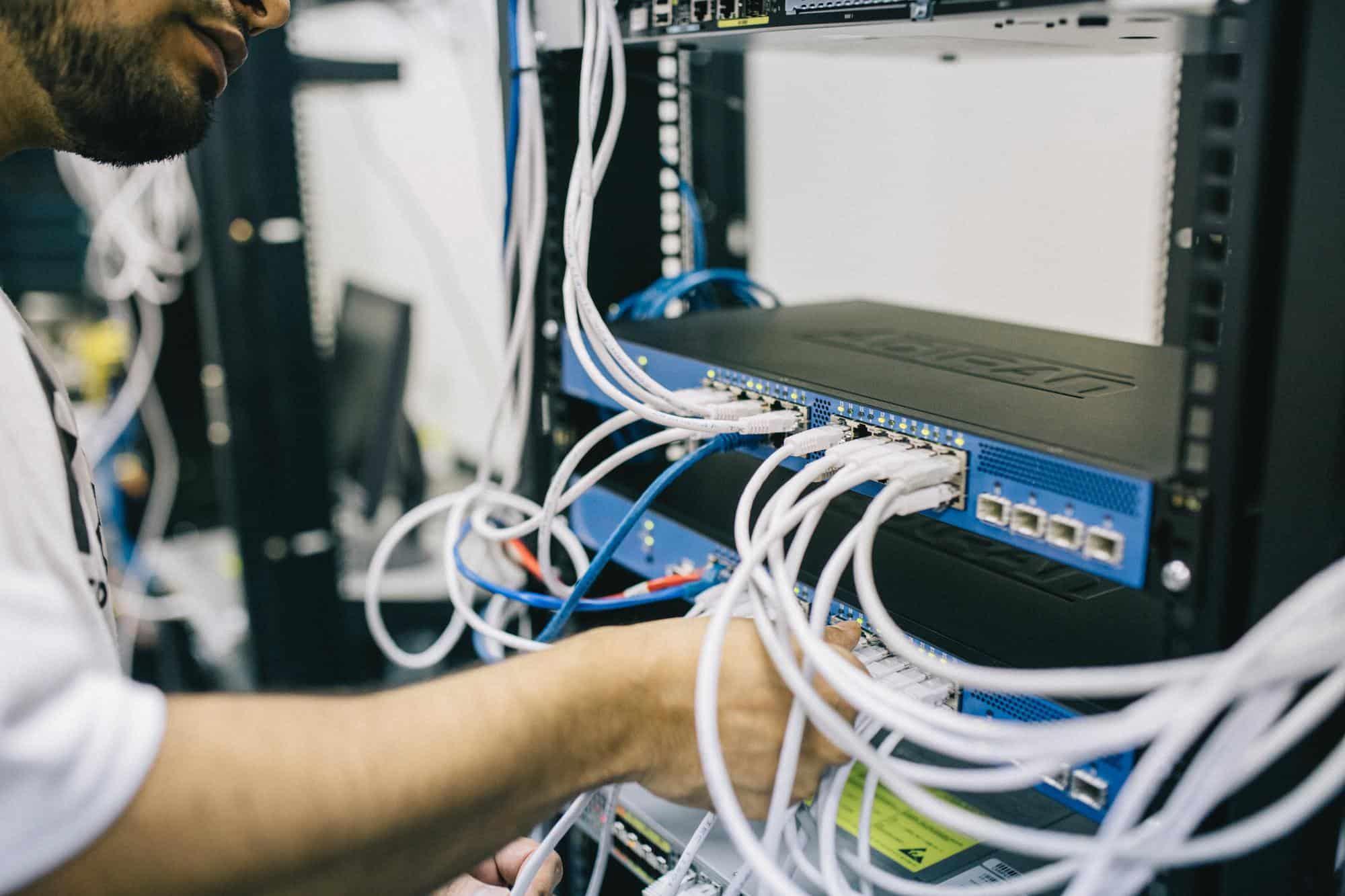ماذا نسمي أماكن تخزين البيانات في الذاكرة الرئيسية