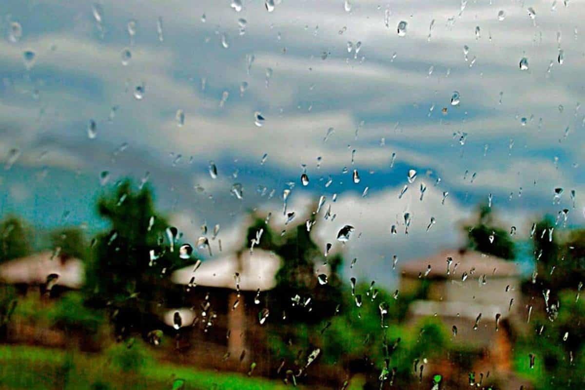 على نافذتك تتناثر قطرات المطر