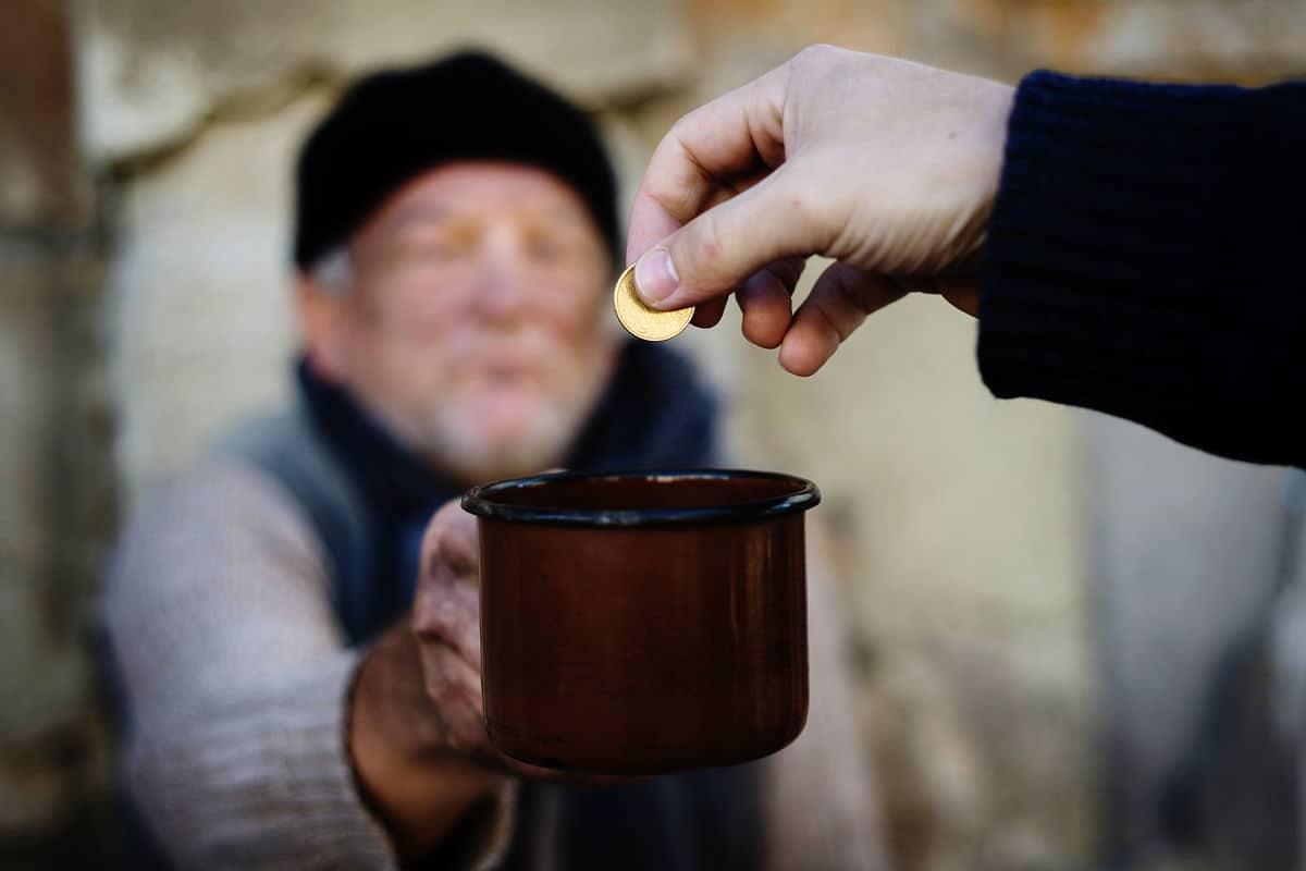 مساعدة الفقراء والمحتاجين