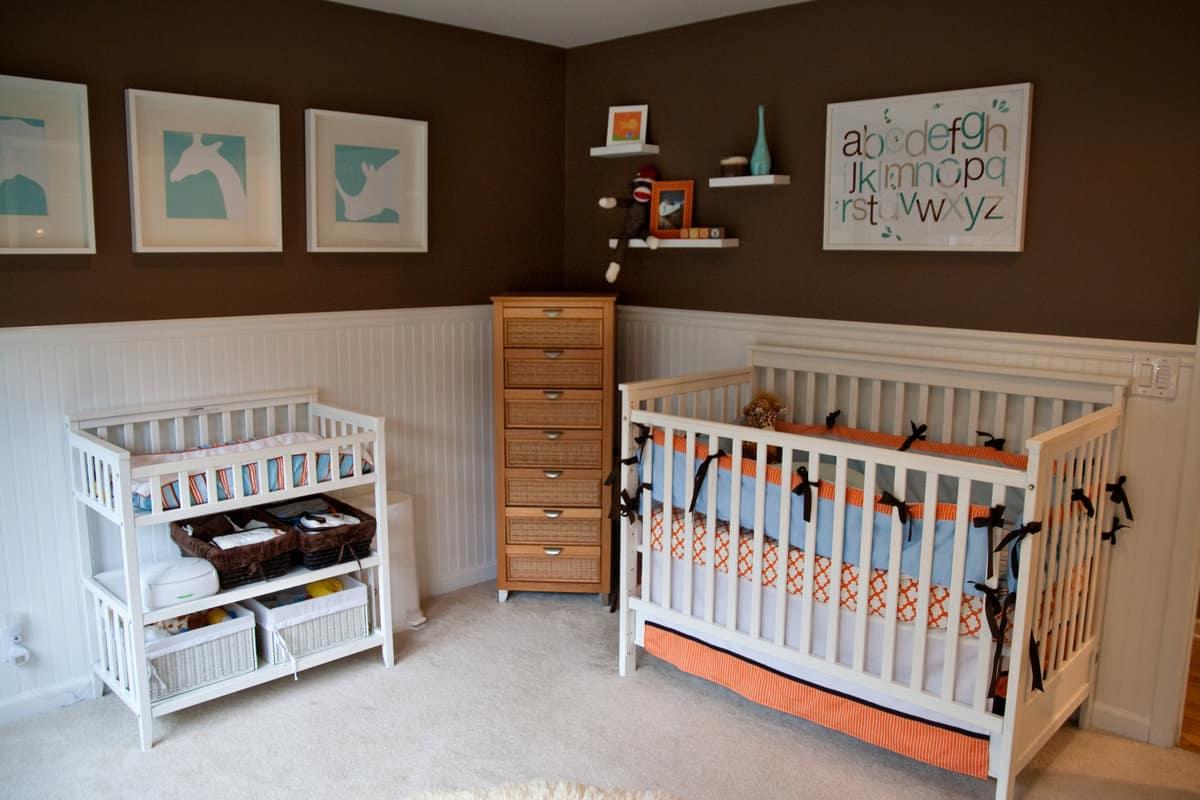 غرفة طفل باللون البني والأبيض