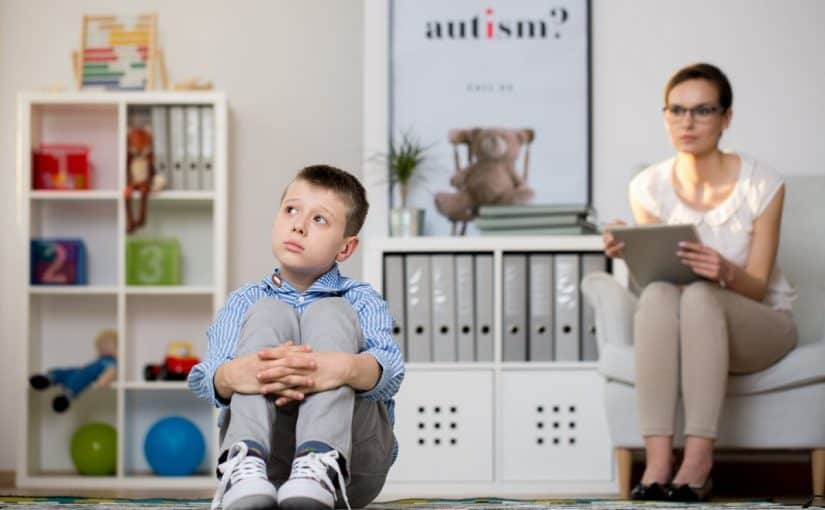 هل طفل التوحد يعرف والديه