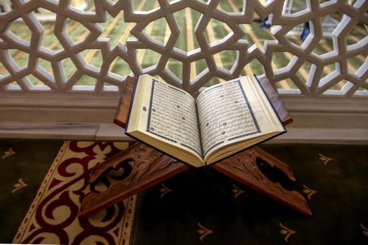 رمضان شهر القران دلل على ذلك من القران الكريم
