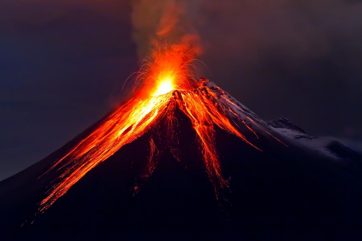 ماذا يخرج من البركان