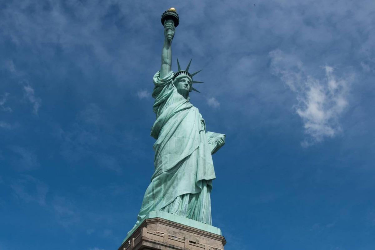 اين يقع تمثال الحرية موسوعة