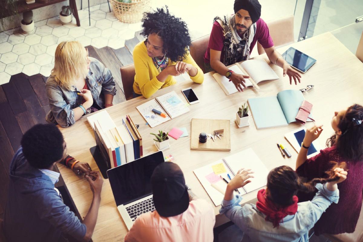 القيود الاجتماعية حول عمل الشباب