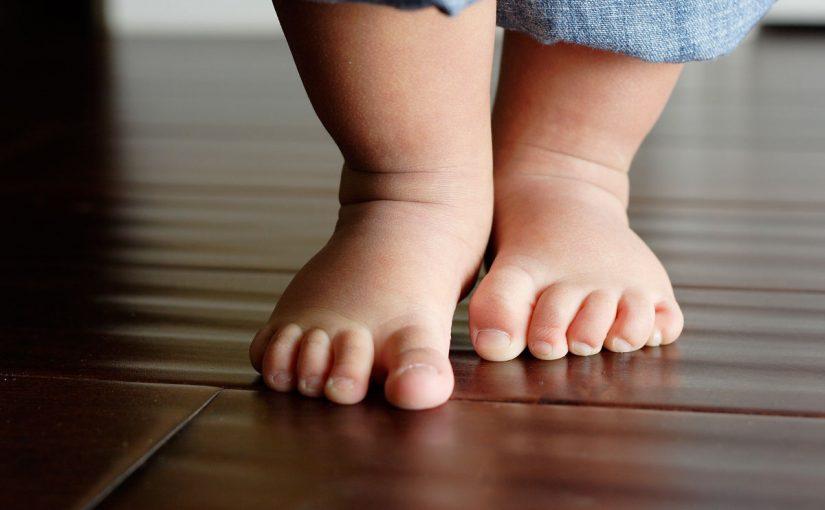 هل وقوف الطفل ذو 4 شهور خطر علي ارجله