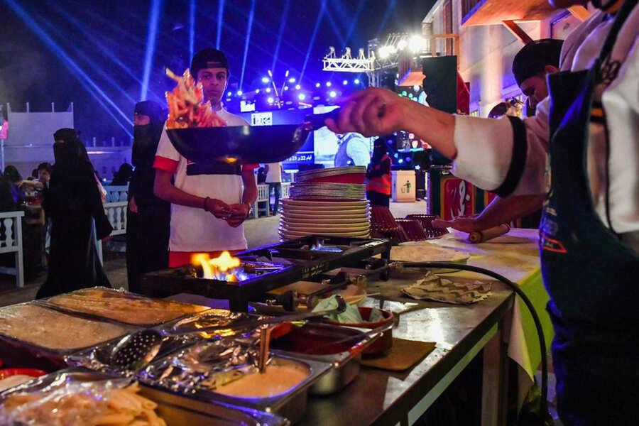 سوق عكاظ ينقل القاهرة للمملكة وإقبال كبير على المنتجات المصرية