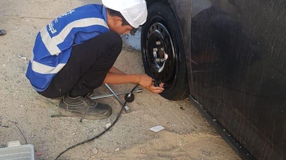 متطوعون بالمملكة لإصلاح مركبات الحجاج المعطلة