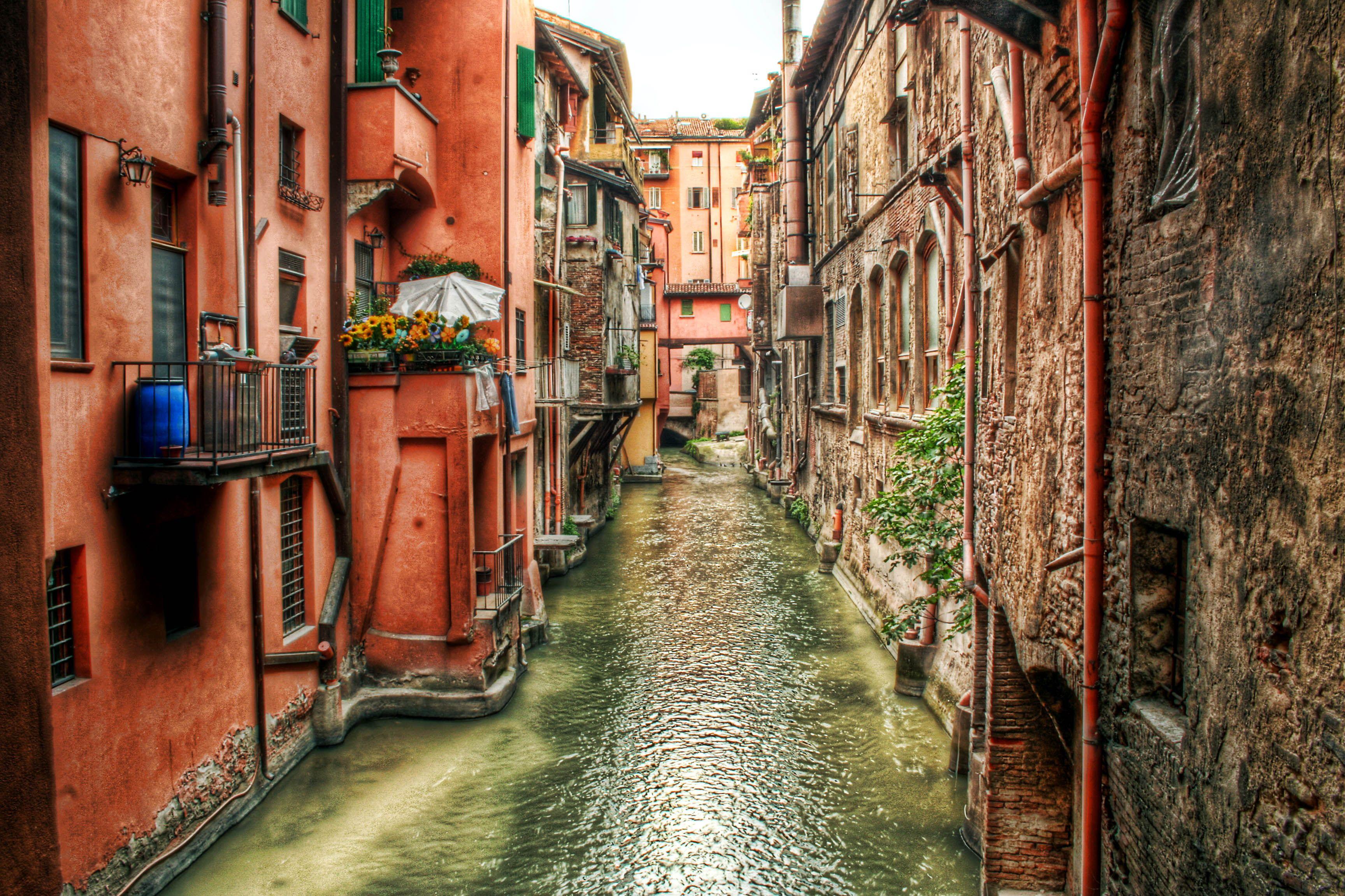 قناة ديلي موليني في بولونيا بإيطاليا