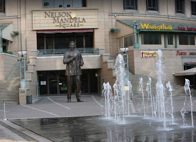 ساحة نيلسون منديلا