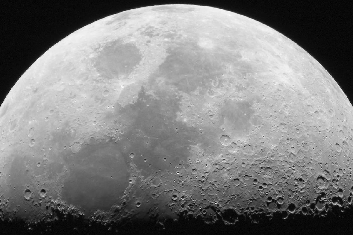 بحث عن القمر