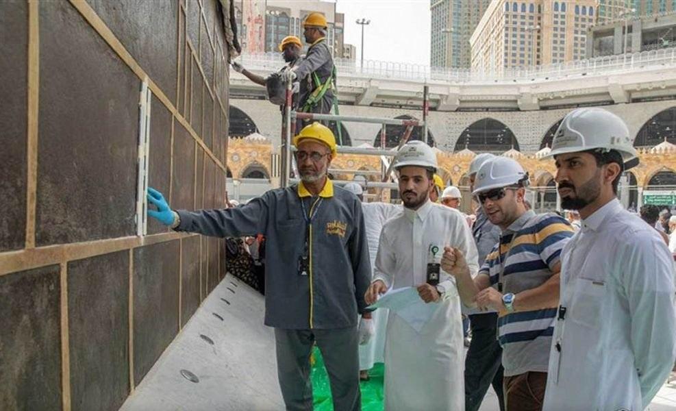 بالصور.. أعمال صيانة بالكعبة المشرفة بناءً على توجيهات خادم الحرمين