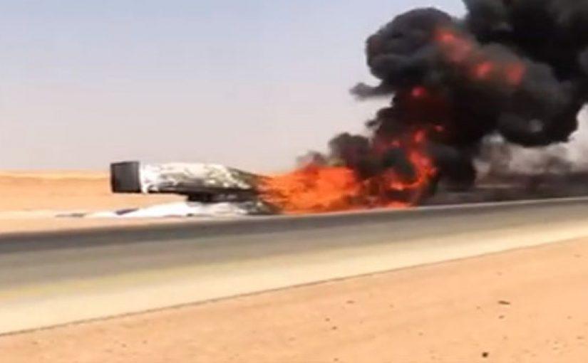 بالفيديو.. احتراق شاحنة محملة بالمواد البلاستيكية في محافظة الأفلاج