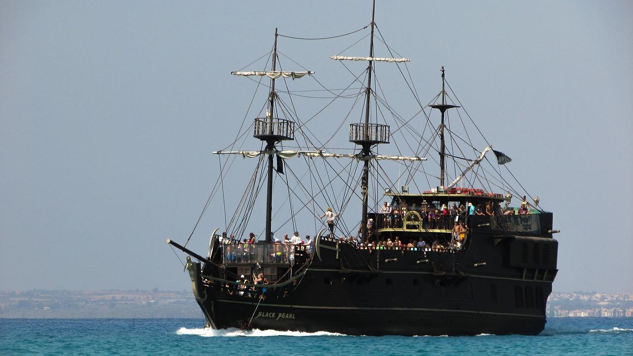 سفينة قراصنة اللؤلؤة السوداء The Black Pearl pirate ship