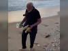 شاهد بالفيديو رئيس الوزراء الهندي يجمع النفايات من أحد الشواطئ