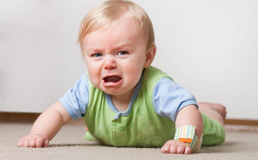 مراحل تطور الطفل التقلّب من جانب إلى آخر