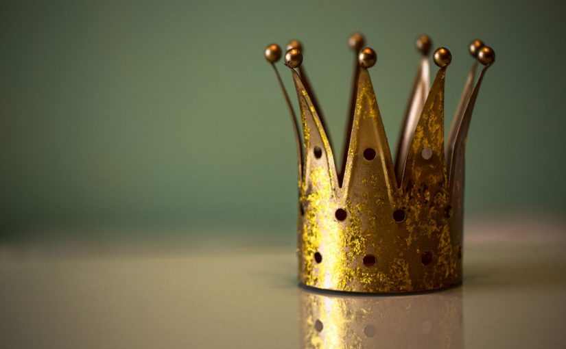 تفسير رؤية الملك في المنام للعزباء