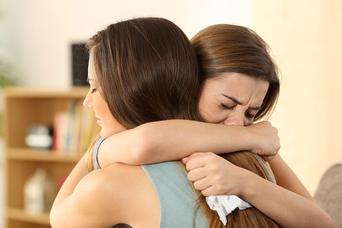 تفسير حلم حضن شخص والبكاء للعزباء والمتزوجة موسوعة