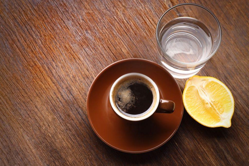 القهوة السوداء مع الليمون