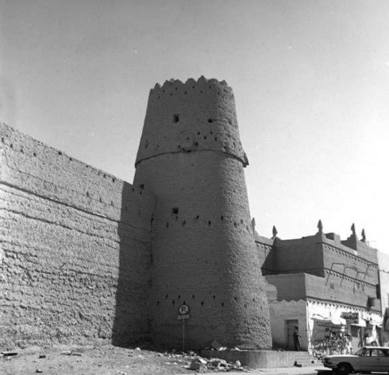 من كم برج مراقبة يتكون قصر المصمك