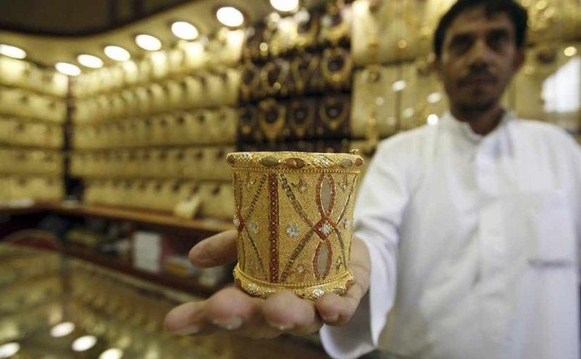 يضم الذهب الى عروض التجارة في تكميل النصاب