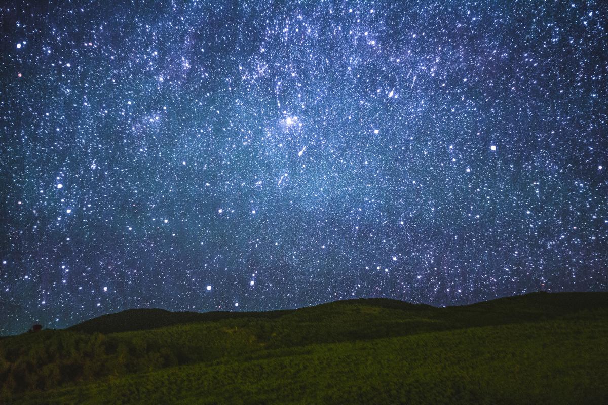 الوحدة المستخدمه لقياس المسافات بين النجوم