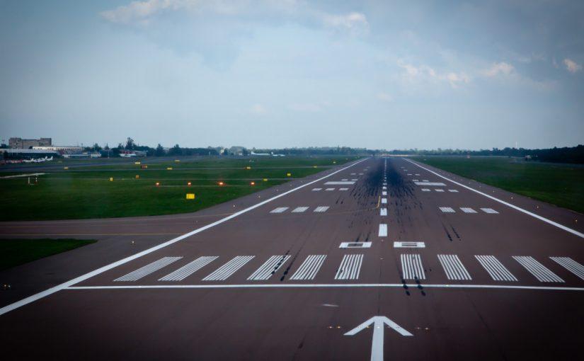 كم يبلغ طول مدرج المطار