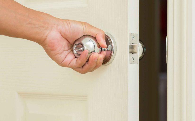 طريقة فتح الباب بدون مفتاح