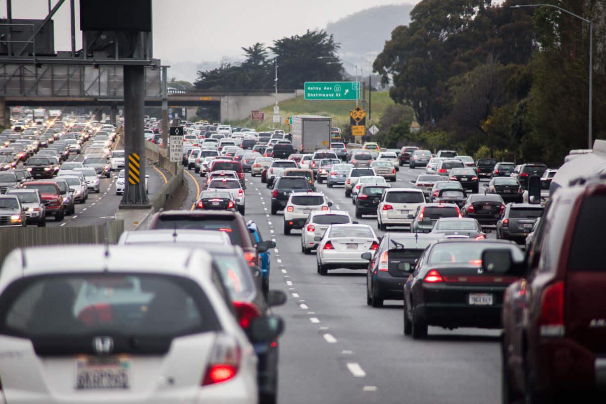 ماهي مخالفة عدم الالتزام بحدود المسارات المحددة على الطريق