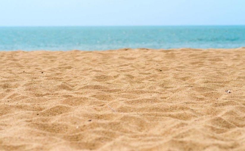 رمال الشاطئ لها حرارة نوعية أكثر من الحرارة النوعية للماء