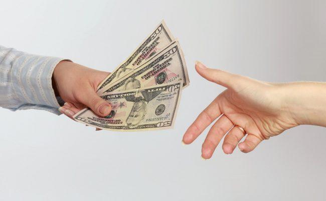 تفسير حلم شخص يعطيك مال
