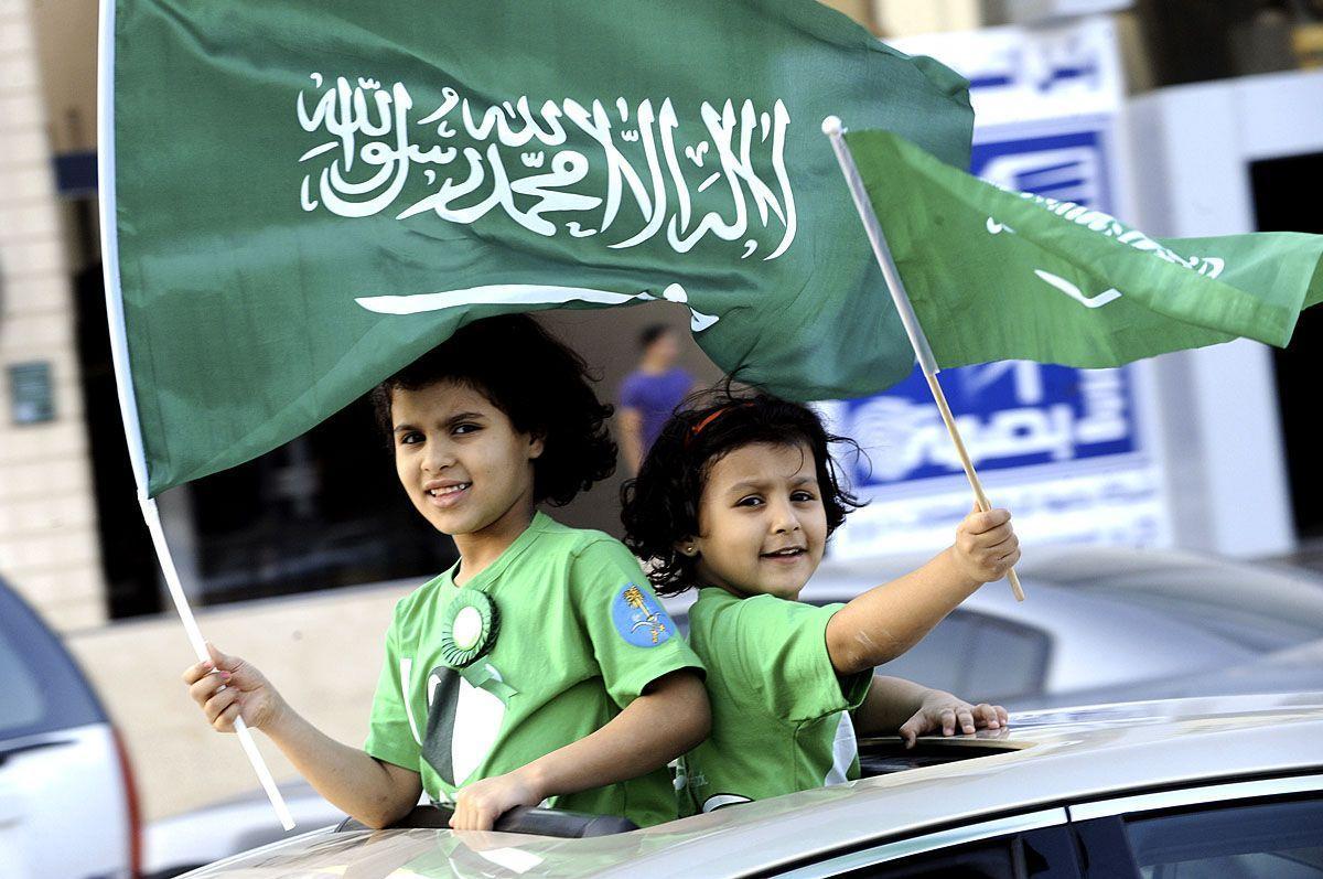 حمل الأعلام السعودية