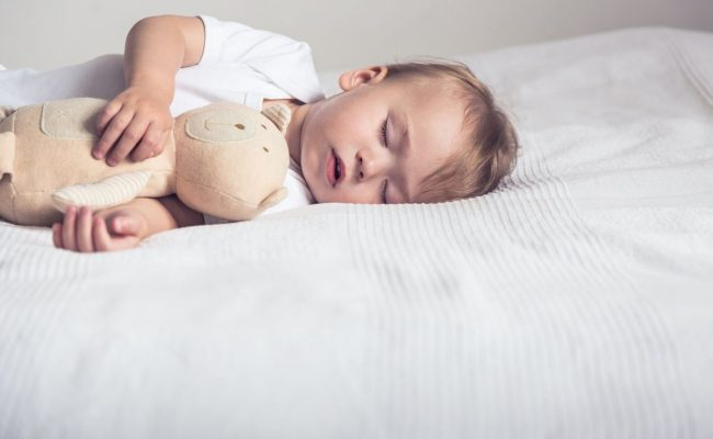 أسباب التعرق أثناء النوم والجو بارد عند الأطفال