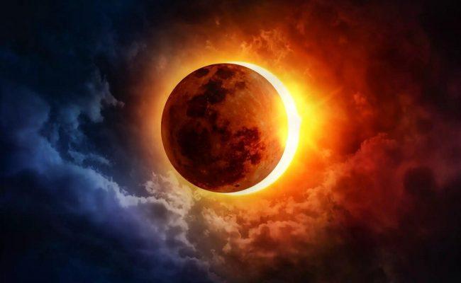 فسر لماذا يبدو القمر احمر اللون في اثناء الخسوف