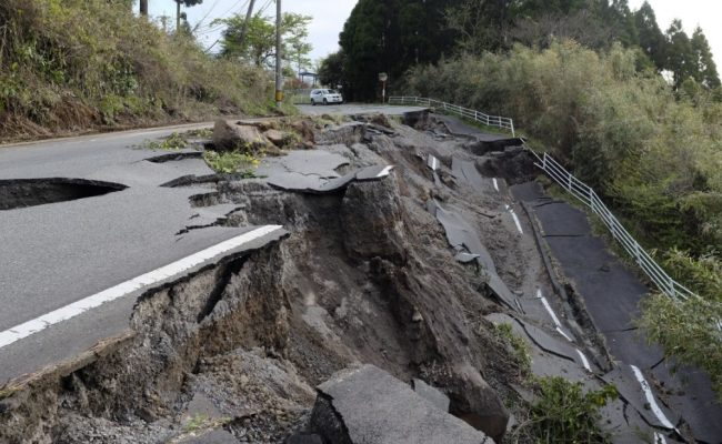 تنتقل الموجات الزلزالية السطحية في باطن الارض